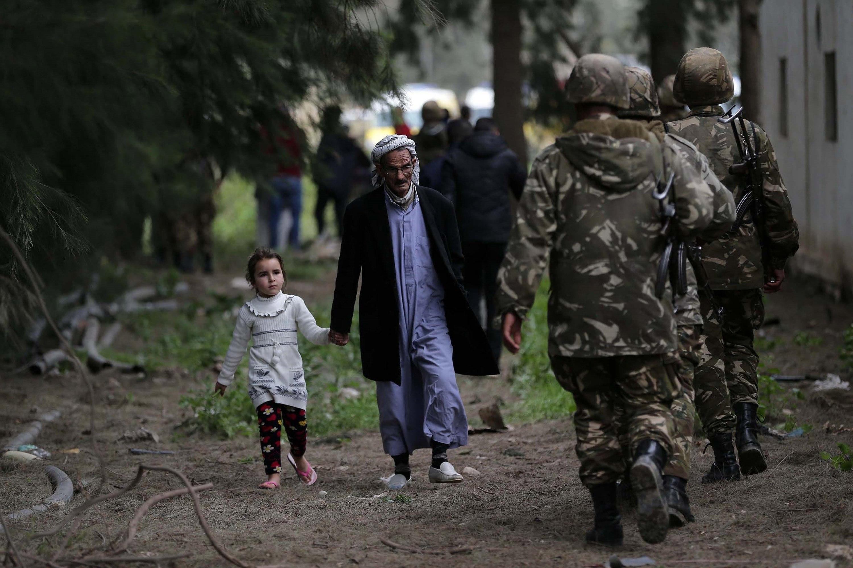 Soldats algerians romanen prop del lloc on s'ha estavellat un avió militar a la ciutat de Blida, a uns 30 km al sud de l'Alger. Almanco 257 persones han perdut la vida en l'accident. /EFE