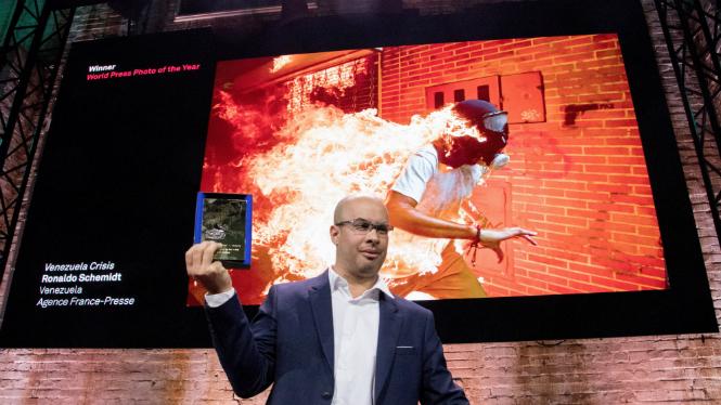 El fotoperiodista veneçolà Ronaldo Schemidt, amb el premi World Press Photo que ha rebut dijous a Amsterdam.