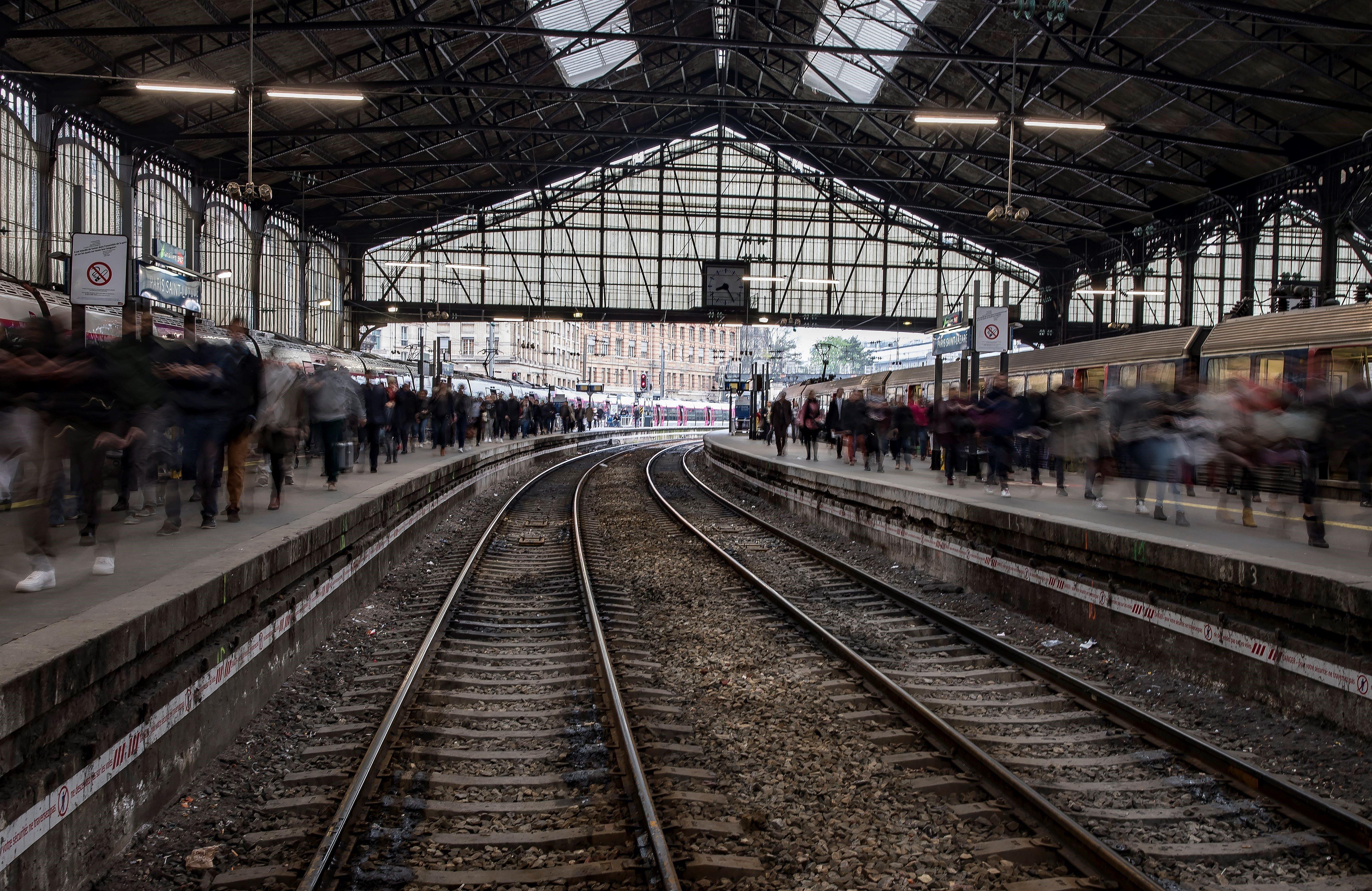Una multitud d'usuaris abarrota una andana de l'estació de ferrocarril de Gare Saint Lazare durant una nova jornada de vaga a París (França) avui, 13 d'abril de 2018. La sisena jornada de vaga de ferroviaris francesos contra el projecte de reforma de l'empresa pública SNCF té avui un seguiment inferior a les anteriors, malgrat la qual cosa s'han anul·lat les connexions amb Espanya, segons les dades de l'adreça. EFE/ Ian Langsdon