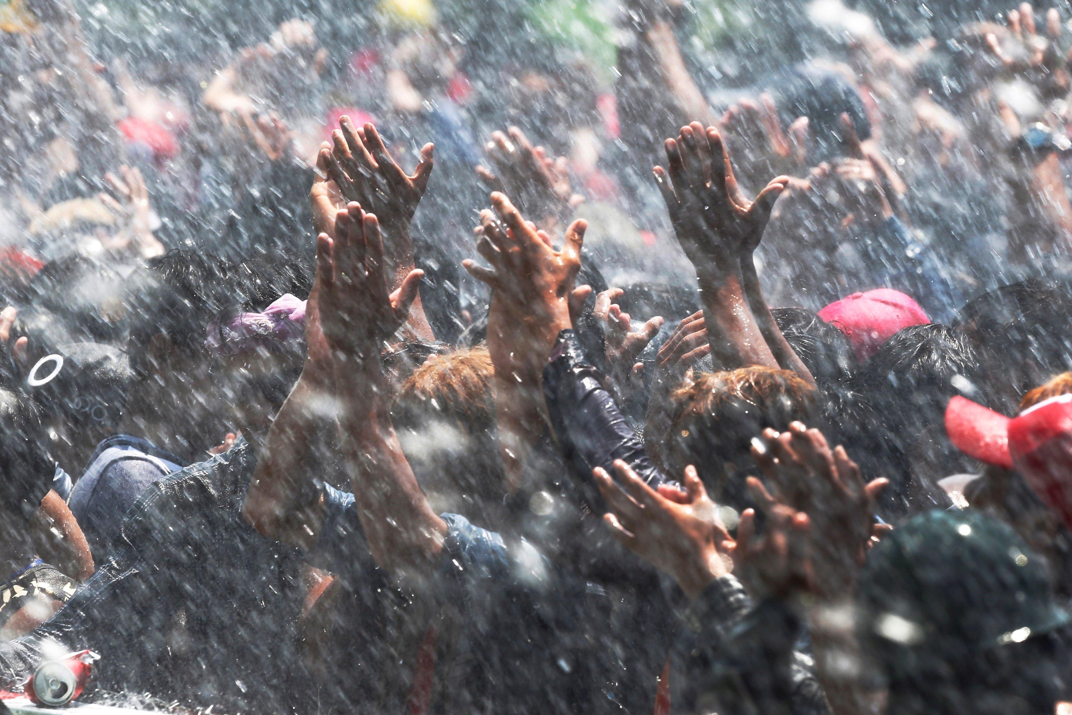 Celebració de l'últim dia del festival de l'aigua 'Thingyan', a Naypyidaw (Birmània). Cada any atreu milers de persones que s'ajunten per llançar-se aigua i pólvores als rostres com a símbol de purificació i per netejar els pecats de l'any anterior. /HEIN HTET