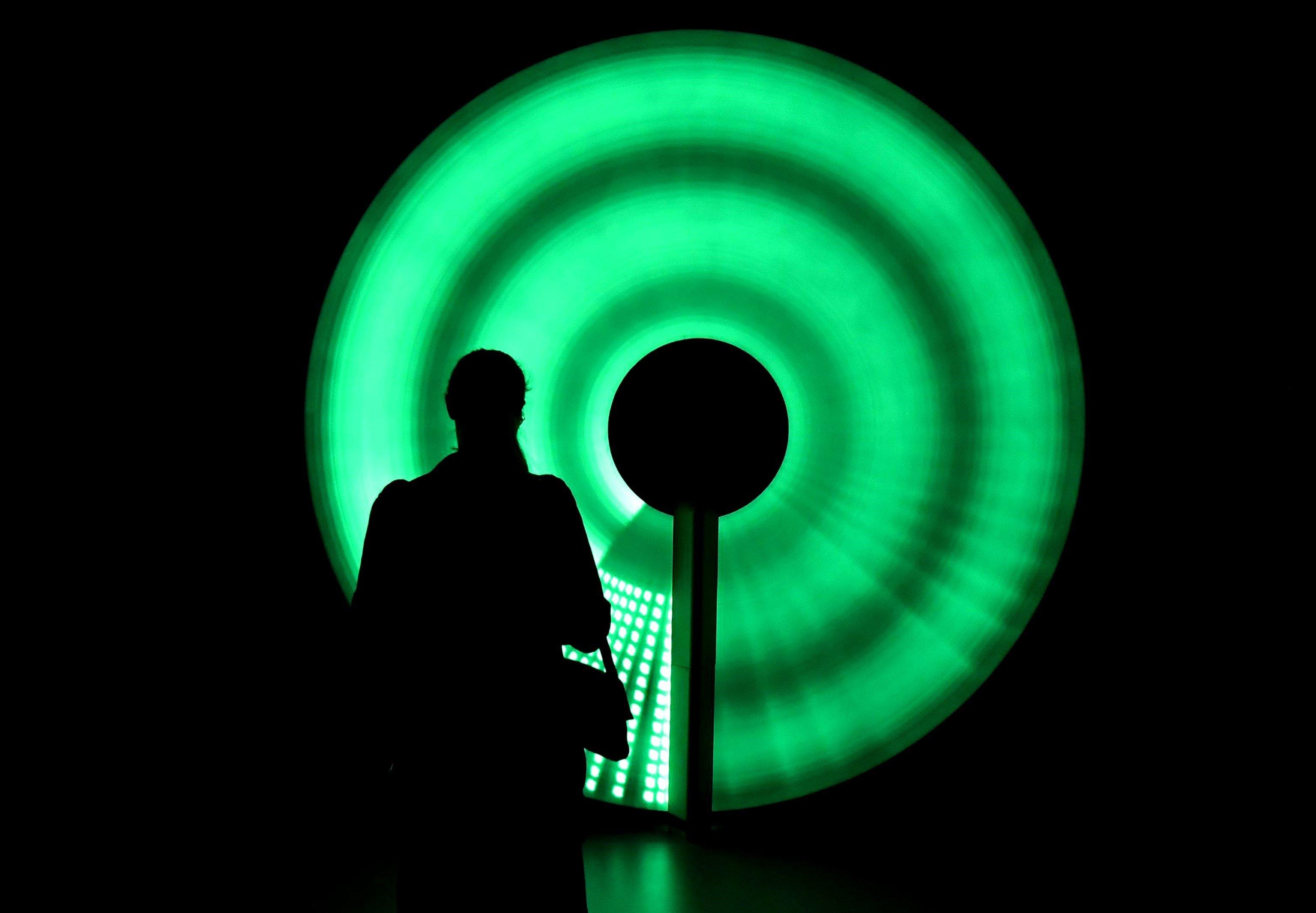 """Una visitant observa una obra exposada al """"Fuori Salone"""" a Milà (Itàlia). La fira, la més important de la seva classe del món, presenta les últimes innovacions en disseny de mobiliari, il·luminació i decoració. / DANIEL DAL ZENNARO"""