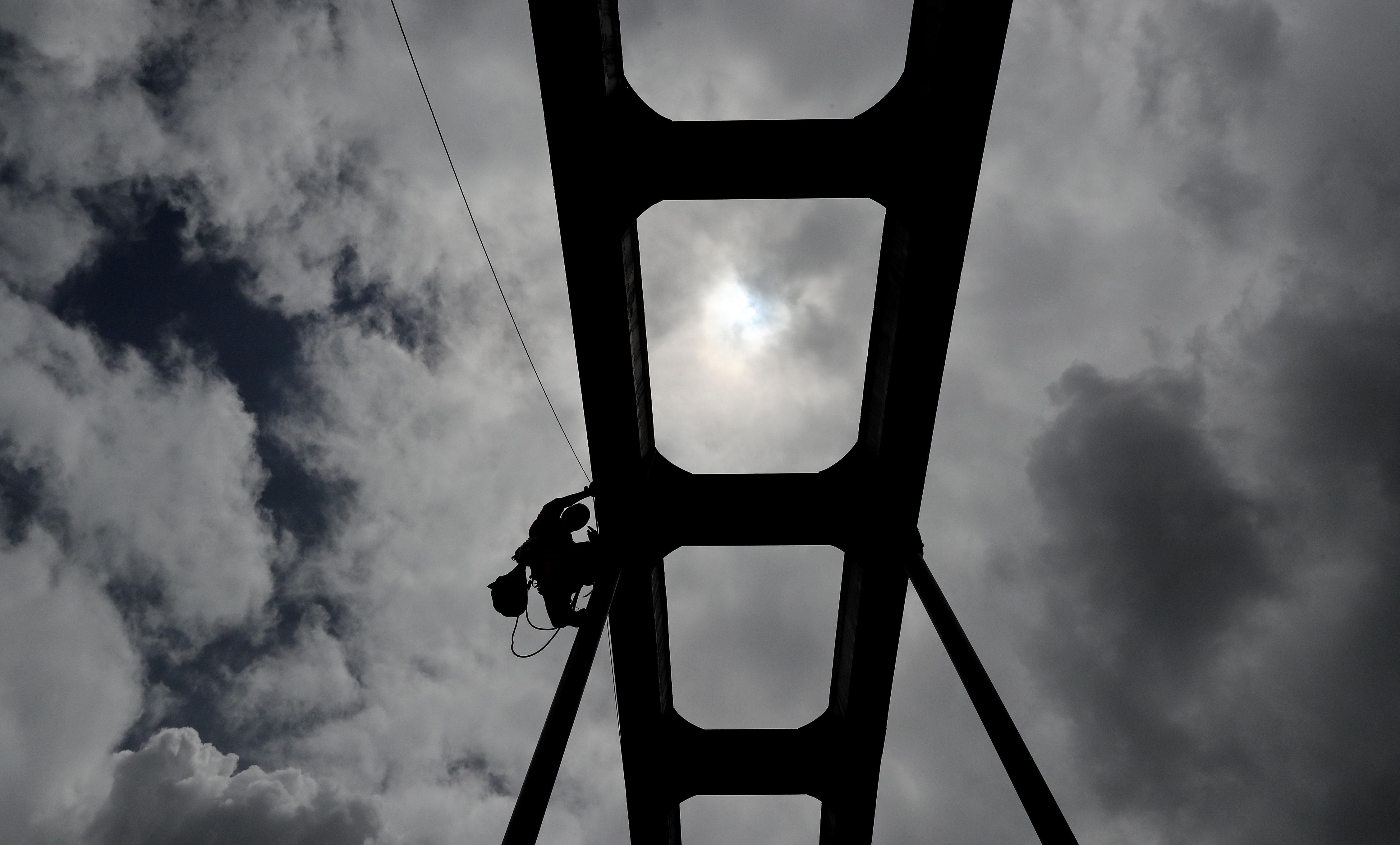 Activistes de Greenpeace escalen un pont per penjar una pancarta en contra de l'ús de l'asbest, a Bogotà (Colòmbia). D'aquesta manera volen enviar un missatge als congressistes que tenen a les seves mans la salut de tota Colòmbia. /LEONARDO MUÑOZ