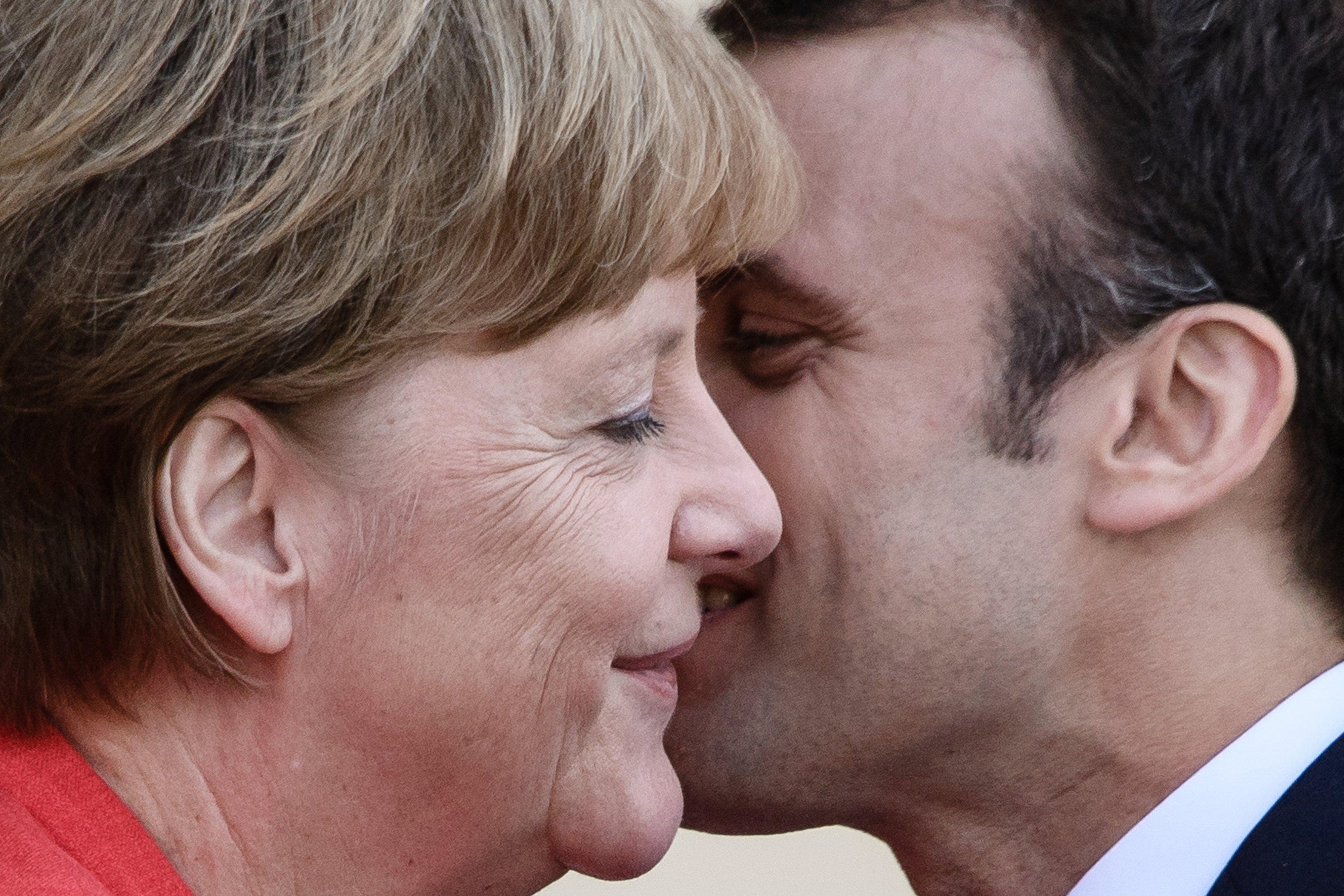 La cancellera alemanya, Angela Merkel, dóna la benvinguda al president francès, Emmanuel Macron, abans de la seva reunió al Palau Reial de Berlín. Macron visita Berlín per tractar d'impulsar la seva agenda reformista a l'eurozona. / CLEMENS BILAN
