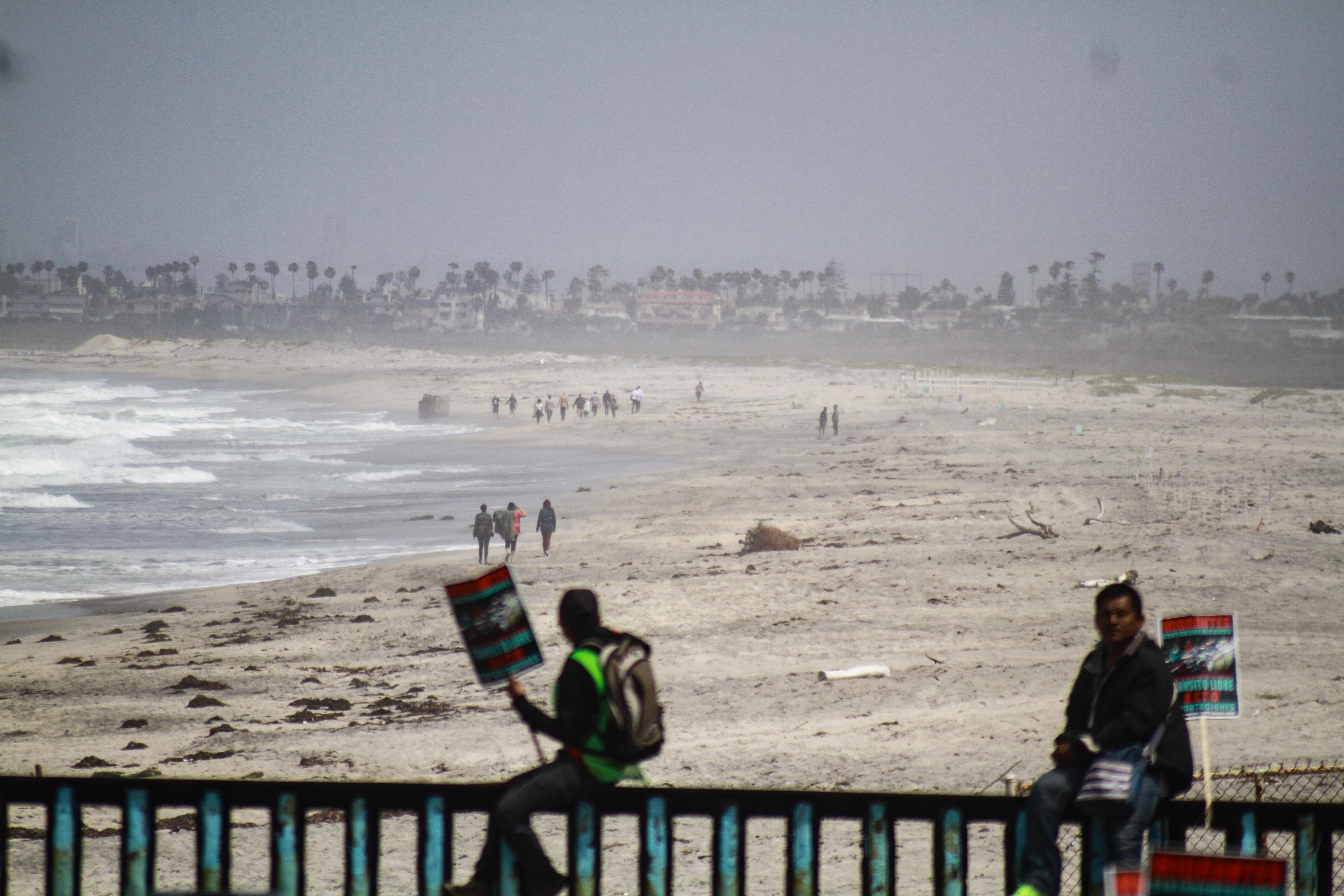 Immigrants centreamericans es congreguen en el mur fronterer amb els Estats Units, del costat de Tijuana (Mèxic). /JOEBETH TERRIQUEZ