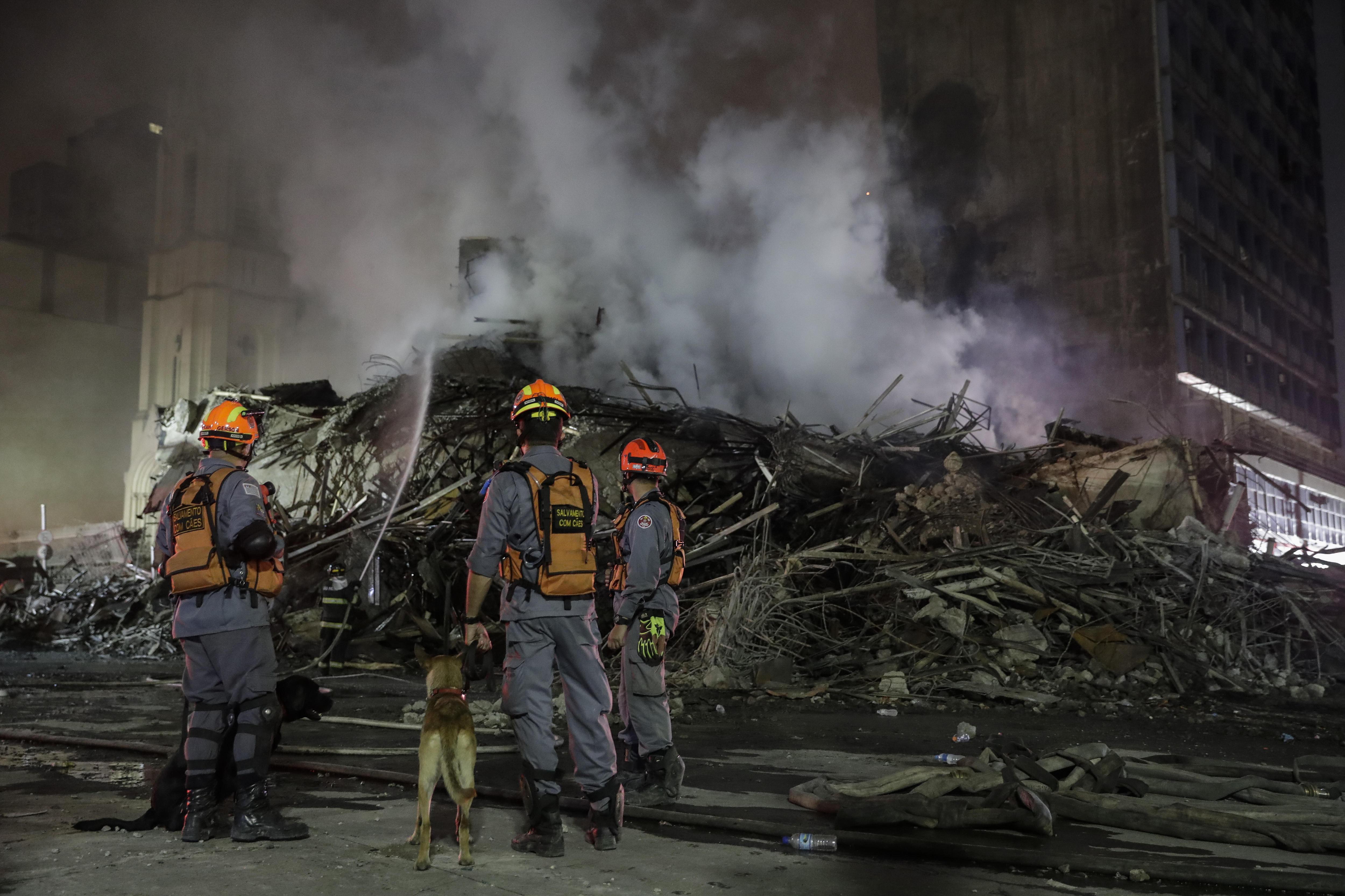 Almenys un mort en l'esfondrament d'un edifici incendiat a Sao Paulo. /S. MOREIRA