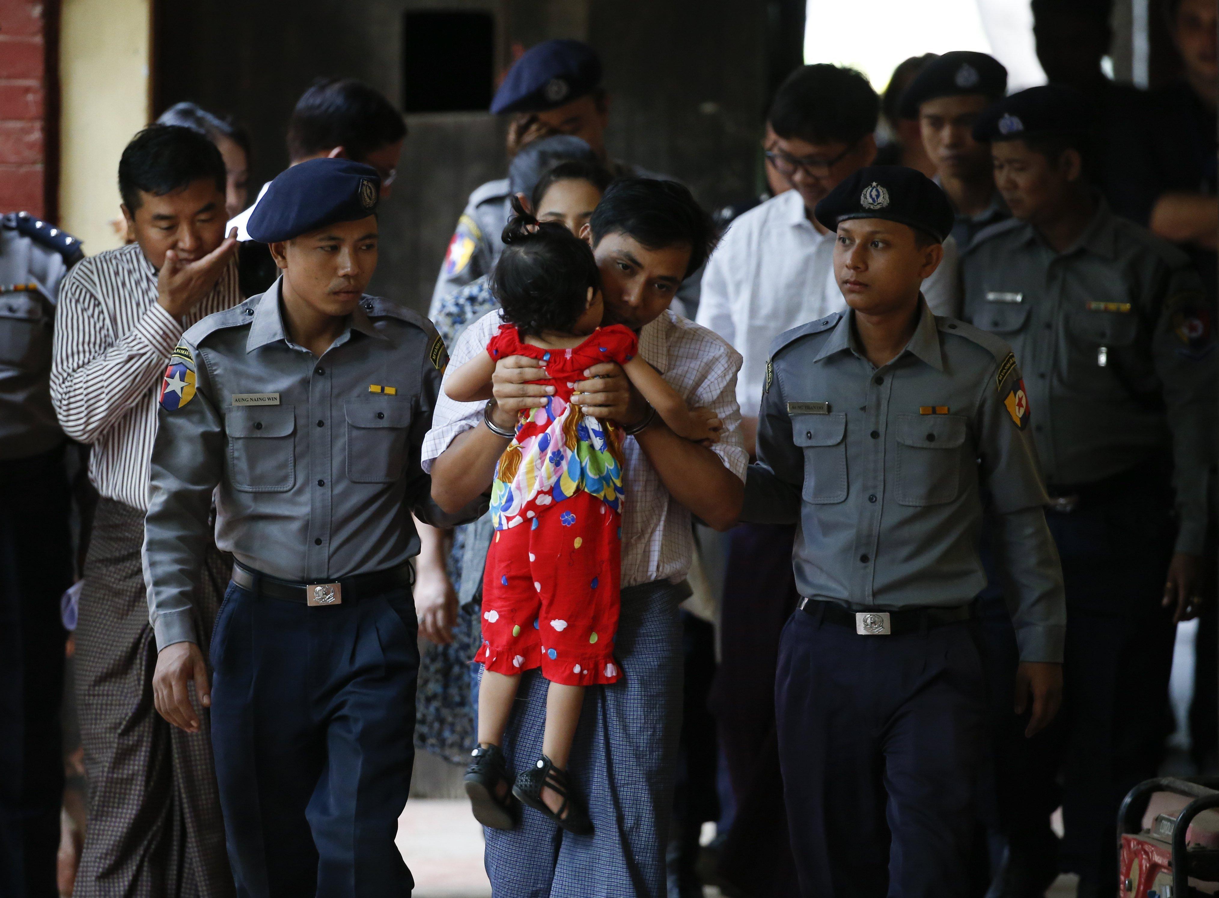 El periodista detingut de l'agència Reuters Kyaw Soe Oo besa la seva filla de tres anys a la seva arribada a un judici a Yangon (Birmània). /LYNN BO BO