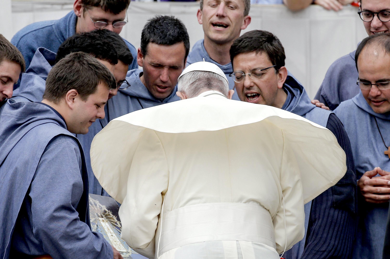 El papa Francesc resa amb un grup de frares durant l'audiència dels dimecres a la plaça de Sant Pere. /FABIO FRUSTACI