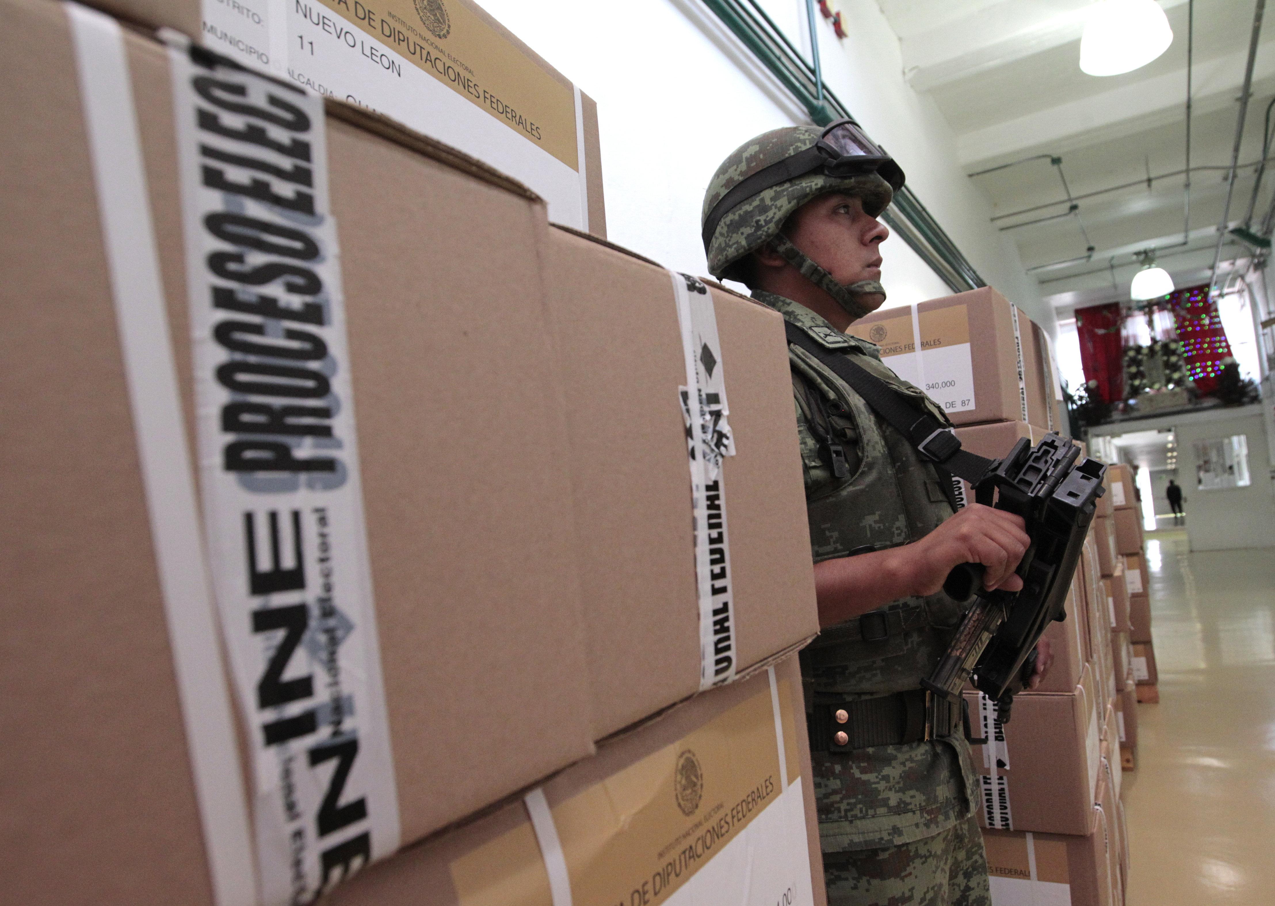 Un soldat custodia el procés d'impressió de les primeres paperetes per a les eleccions presidencials del pròxim 1 de juliol en els tallers gràfics de Ciutat de Mèxic (Mèxic). /MARIO GUZMÁN