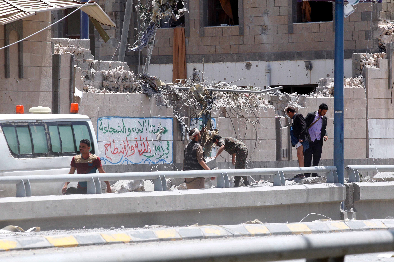 Sis morts en un bombardeig contra la seu de la presidència a la capital iemenita de Sanà. /YAHYA ARHAB
