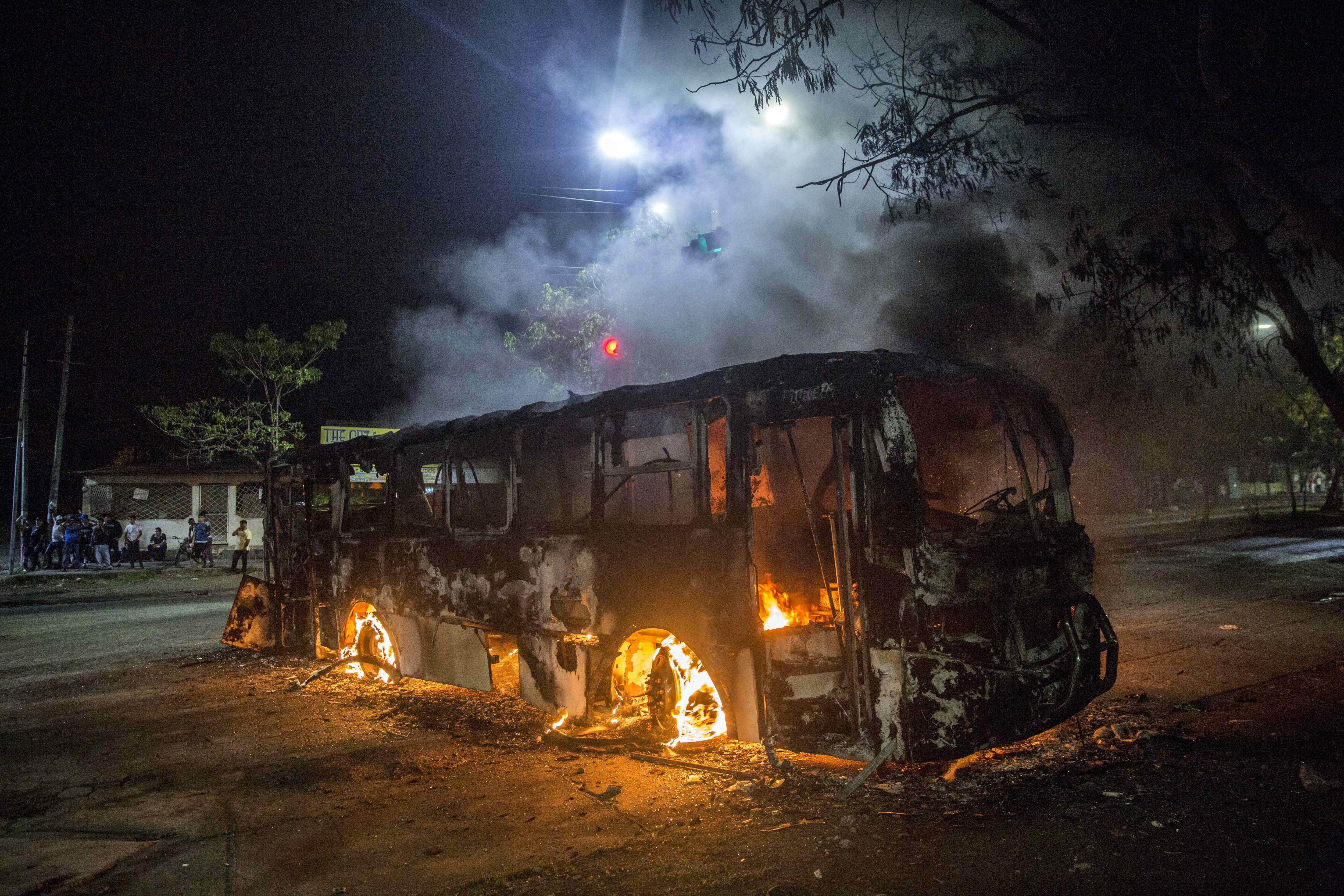 Desconeguts cremen un autobús a Managua sense deixar ferits enmig de les protestes, a Nicaragua. /JORGE TORRES