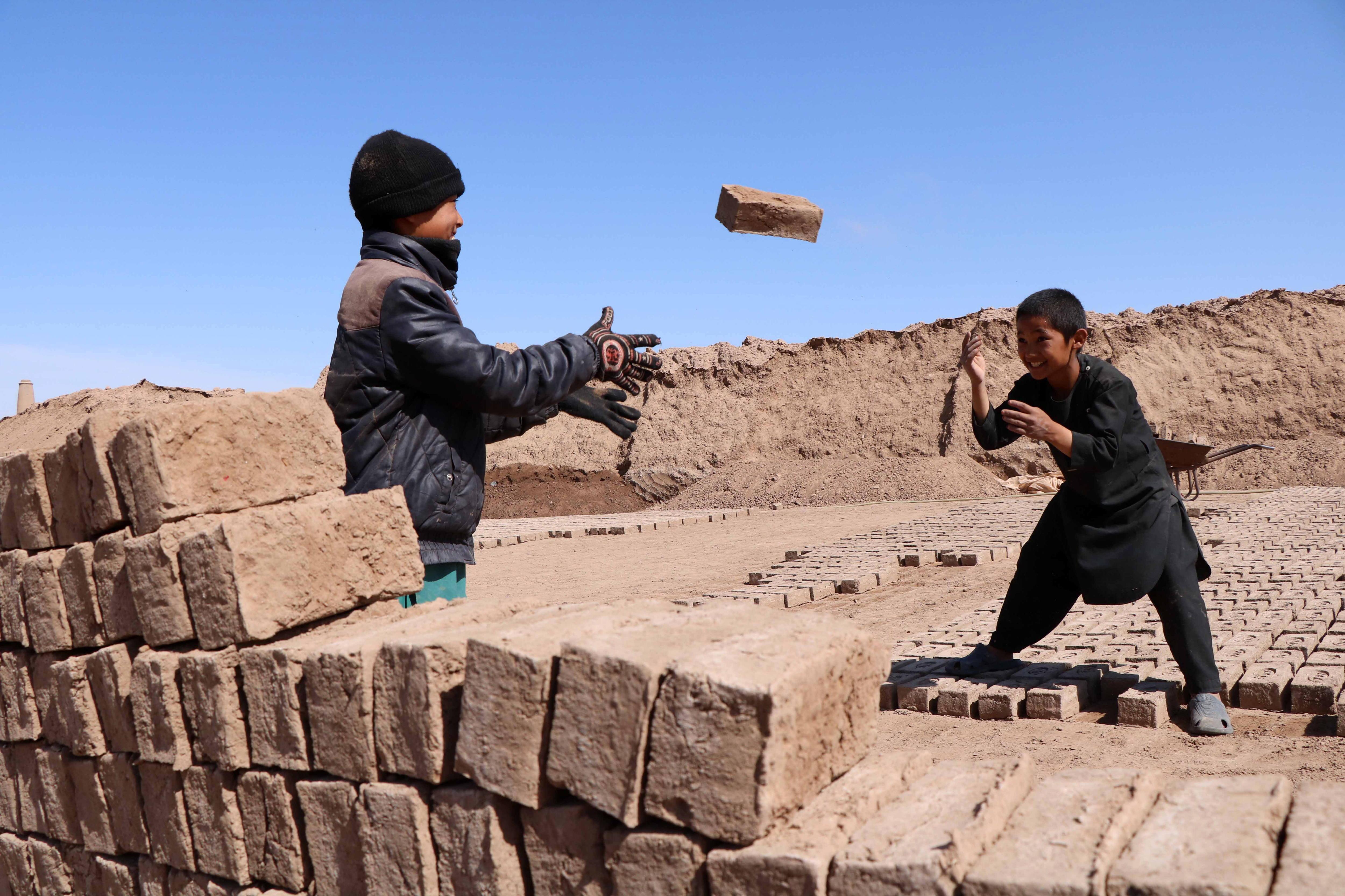 Diversos nins afganesos treballen en un forn de maons a Herat (Afganistan). /JALIL REZAYEE