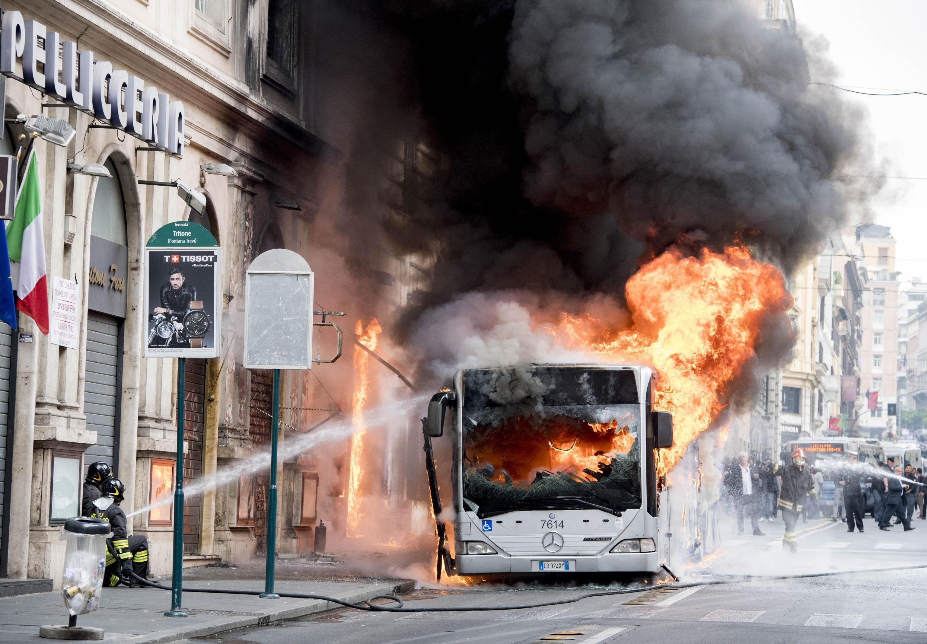 Un autobús es cala foc al centre de Roma. /CLAUDIO PERI