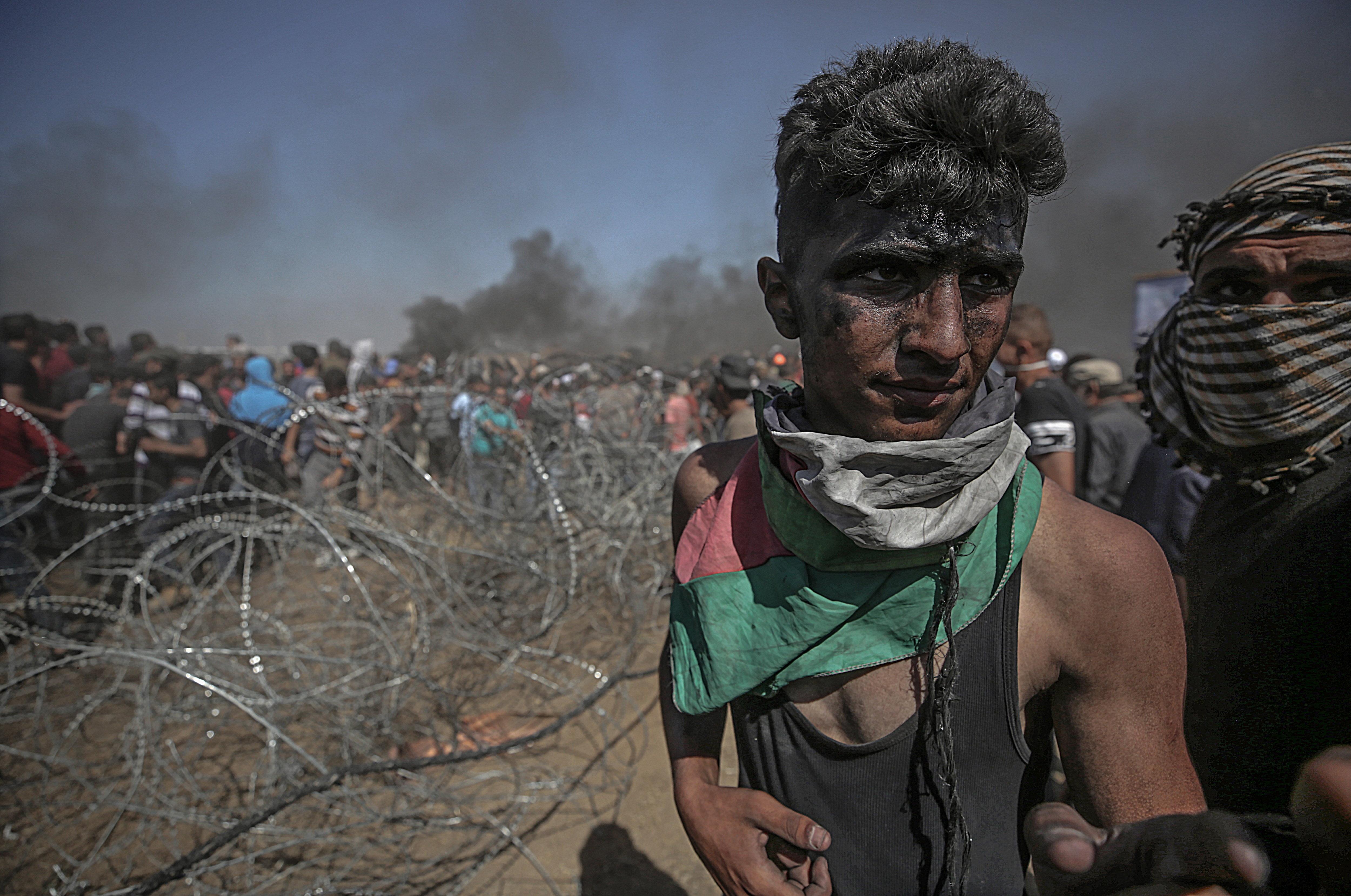 Com a mínim 55 palestins, inclosos cinc menors, han mort per foc dels soldats israelians a la frontera de la franja de Gaza. /MOHAMMED SABER