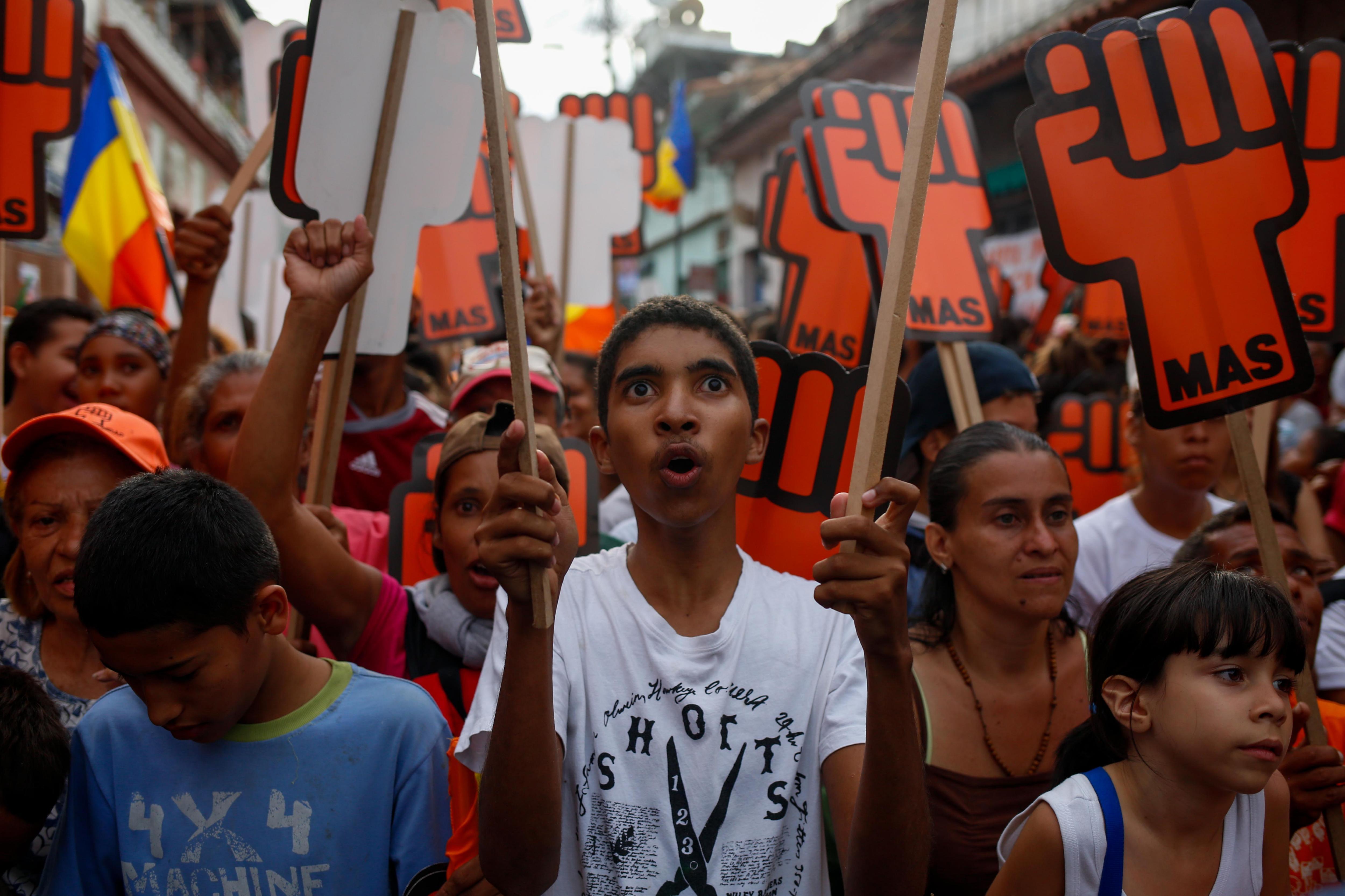 -FOTODELDIA- CAR100 - CARACAS (VENEZUELA), 14/05/2018.- Simpatizantes del candidato a la presidencia de Venezuela, el opositor Henri Falcón, participan en un acto de campaña, hoy lunes 14 de mayo de 2018, en Caracas (Venezuela). Las elecciones presidenciales se realizarán en el país el 20 de mayo. EFE/Cristian Hernández