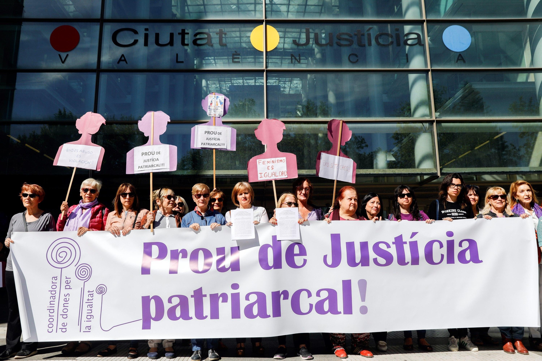 Alerta Feminista denuncia, en les portes de la Ciutat de la Justícia de València, la publicació de dades personals de la víctima de 'La Manada'. /KAI FOERSTERLING