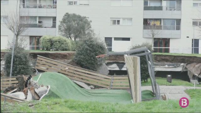 Un+parc+infantil+amb+pista+esportiva+s%27enfonsa+sobre+un+aparcament+subterrani+a+Santander