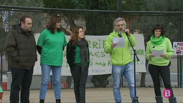 150+persones+es+concentren+a+Eivissa+contra+les+retallades+en+educaci%C3%B3