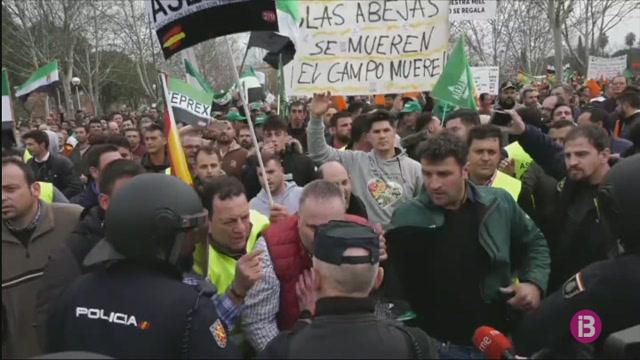La+policia+carrega+contra+una+manifestaci%C3%B3+d%27agricultors+i+ramaders+a+Extremadura