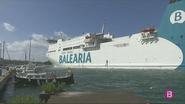 Desembarquen+els+passatgers+dels+dos+vaixells+que+no+podien+atracar+als+ports+de+Menorca+pel+mal+temps