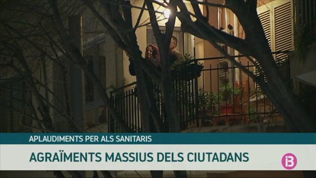 Aplaudiments+per+als+sanitaris+des+de+les+balconades