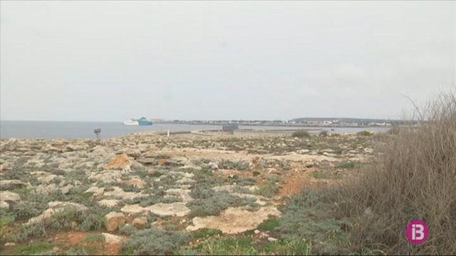 Arriben+al+port+de+Ciutadella+els+darrers+passatgers+d%27Alc%C3%BAdia