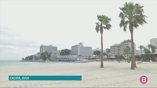 Comencen+a+retirar+el+iot+varat+a+la+platja+de+Son+Maties