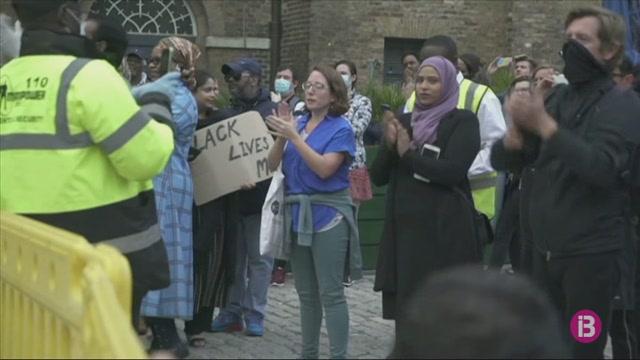 Londres+retira+una+estatua+dedicada+a+una+figura+esclavista+de+l%27%C3%A8poca+colonial