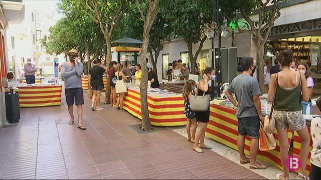 Nou+llibreries+de+Ma%C3%B3+treuen+els+seus+expositors+al+carrer+pel+Sant+Jordi+d%27Estiu