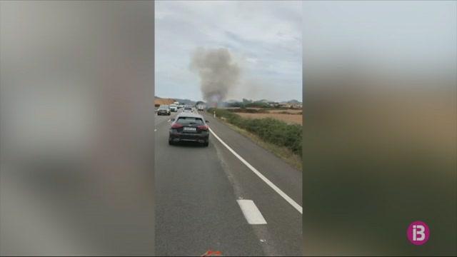 Una+furgoneta+es+cala+foc+a+la+carretera+general+de+Menorca+per+causes+que+es+desconeixen
