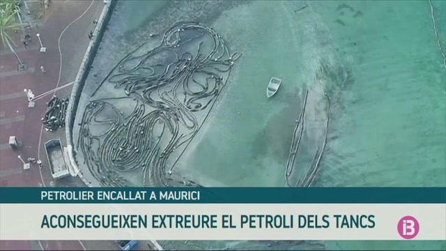 S%27estreu+gaireb%C3%A9+tot+el+petroli+del+vaixell+encallat+a+Maurici
