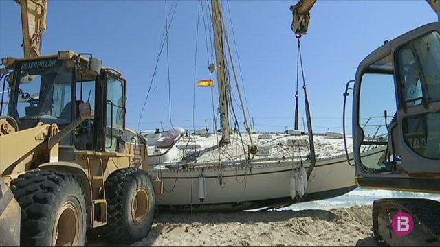 El+Consell+de+Formentera+inicia+les+tasques+de+retirada+del+veler+encallat+a+la+platja+de+Llevant