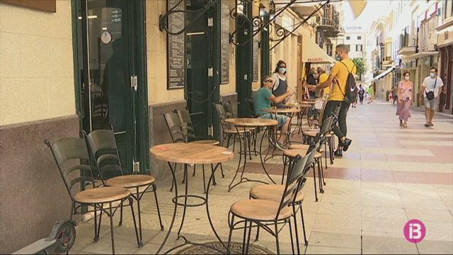 Els+bars+i+restaurants+de+Menorca+comencen+a+aplicar+de+forma+desigual+la+reducci%C3%B3+dels+seus+aforaments+i+terrasses+per+la+Covid