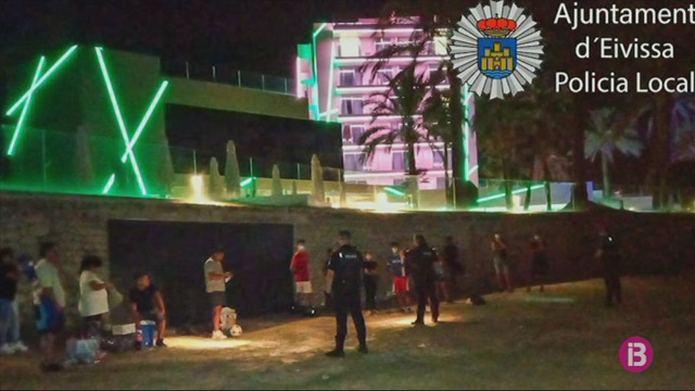 La+Policia+interv%C3%A9+una+botellada+il%C2%B7legal+a+Platja+d%27en+Bossa+on+participaven+50+persones