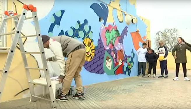 Hosh+i+alumnes+del+CEIP+Sant+Jordi+pinten+un+mural+amb+valors
