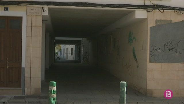 La+Sareb+neteja+espais+bruts+dels+seus+blocs+de+pisos+del+carrer+Degollador+de+Ciutadella