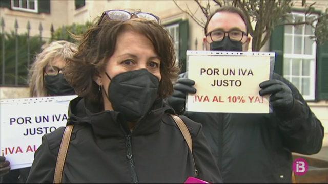 Una+vintena+de+perruqueries+de+Menorca+protesten+per+reclamar+la+baixada+de+l%27IVA+al+10%25