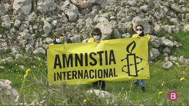 25+talaiots+s%27encenen+a+Menorca+pels+drets+humans