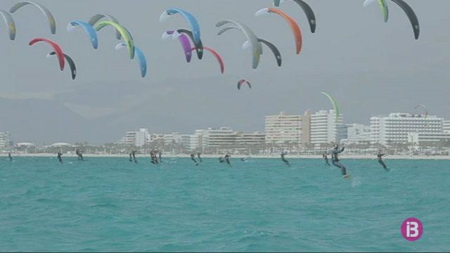 La+reina+del+kite+solca+les+aig%C3%BCes+mallorquines