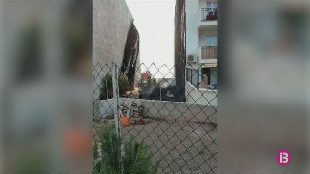 Els+bombers+extingeixen+a+Es+Mercadal+un+incendi+a+una+parcel%C2%B7la+que+ha+obligat+a+evacuar+dos+habitatges