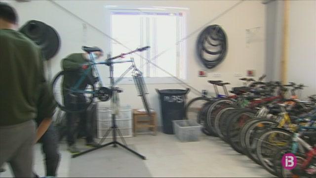 C%C3%A0ritas+posa+en+marxa+un+taller+a+Menorca+per+restaurar+bicicletes+abandonades