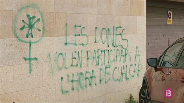 Apareixen+pintades+reivindicant+el+paper+de+les+dones+a+les+festes+de+Sant+Joan+a+Ciutadella