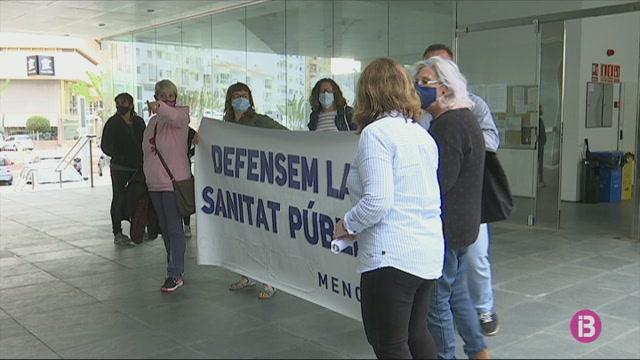 Una+dotzena+de+manifestants+protesten+a+Ferreries+per+la+reducci%C3%B3+d%27horari+del+centre+de+salut