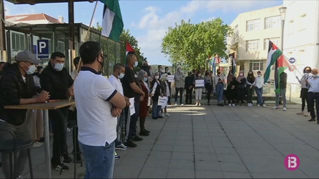M%C3%A9s+d%27un+centenar+de+persones+es+concentren+a+Ma%C3%B3+com+a+mostra+de+rebuig+als+atacs+i+bombardejos+a+Palestina