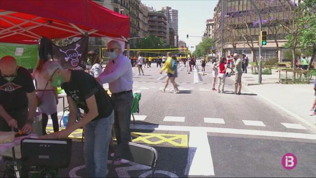Ecologistes+tallen+el+carrer+Arag%C3%B3+de+Barcelona+sota+el+lema+%26apos%3Bmenys+cotxes+i+m%C3%A9s+salut%26apos%3B