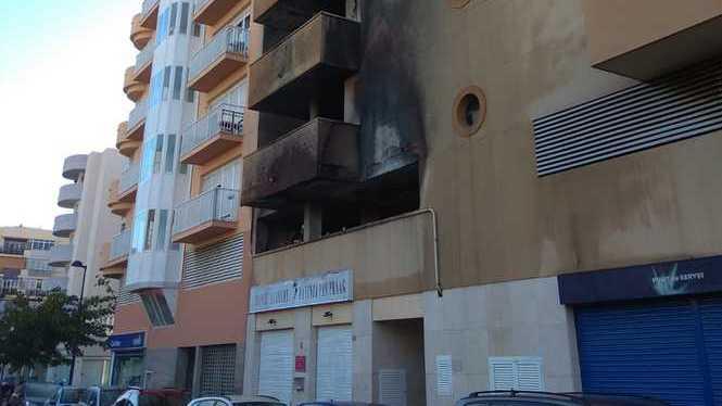 Desallotjats+60+ve%C3%AFns+per+un+incendi+a+un+aparcament+a+Eivissa