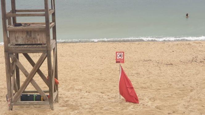 La+platja+de+Can+Pere+Antoni%2C+a+Palma%2C+amb+bandera+vermella+per+vessaments+d%27aig%C3%BCes+mixtes