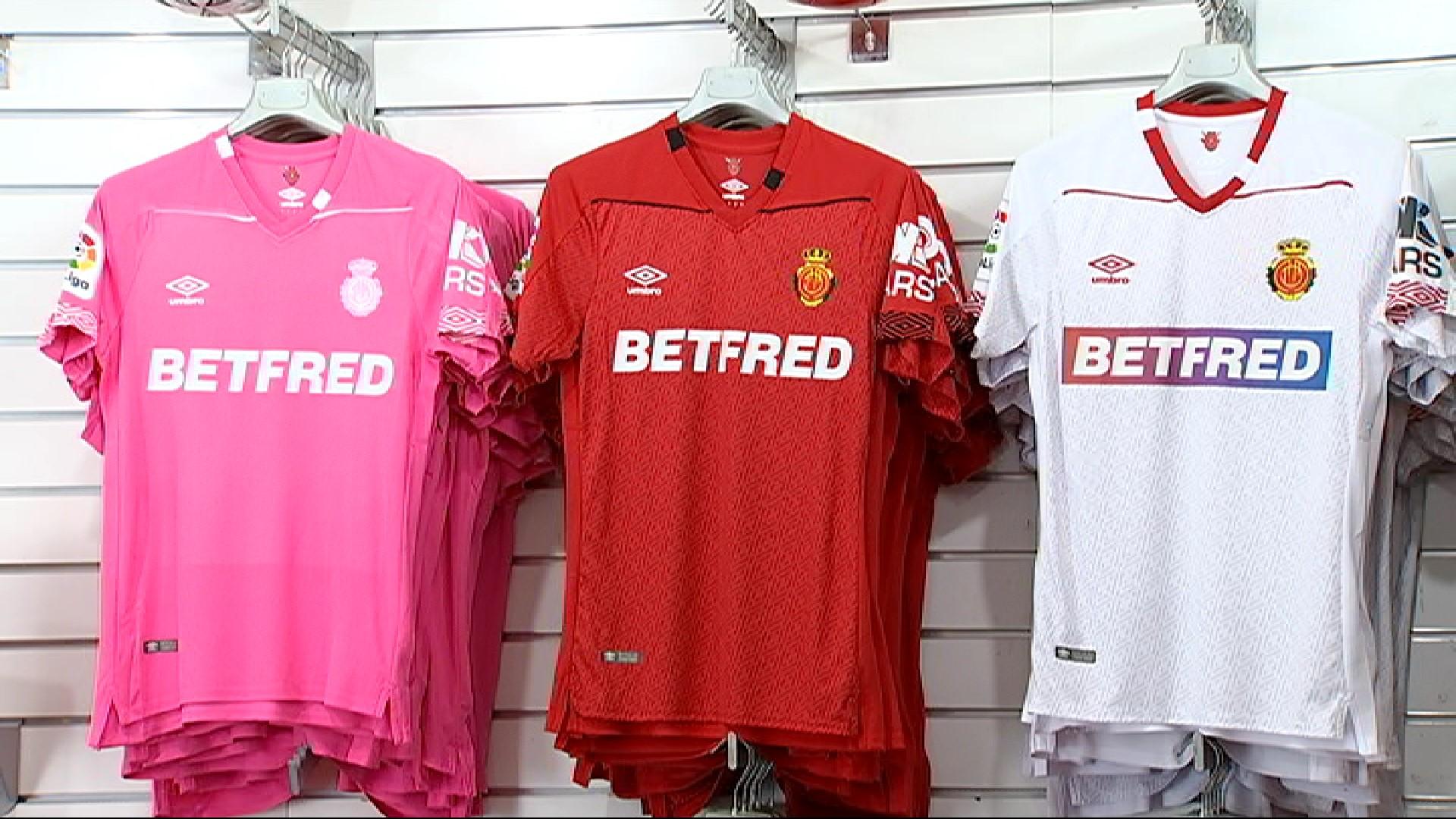 Vermell%2C+negre+blanc+i+rosa%2C+els+colors+del+Mallorca+per+intentar+tornar+a+Primera