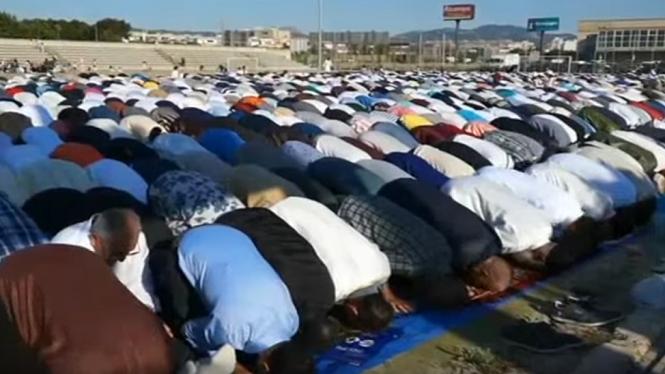 Centenars+de+musulmans+celebren+a+Palma+la+fi+del+Ramad%C3%A0