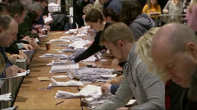 El+Sinn+F%C3%A9in+es+mant%C3%A9+al+capdavant+en+el+recompte+de+les+eleccions+generals+a+Irlanda