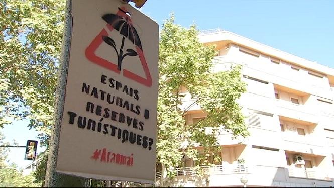Campanyes+amb+adhesius+contra+el+turisme+de+masses+per+cridar+m%C3%A9s+l%27atenci%C3%B3